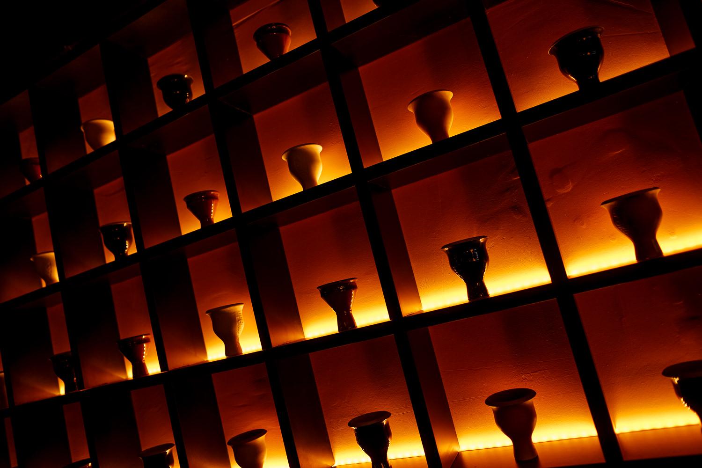 Логичное отражение названия кальянной в ее интерьере: целая стена из чаш