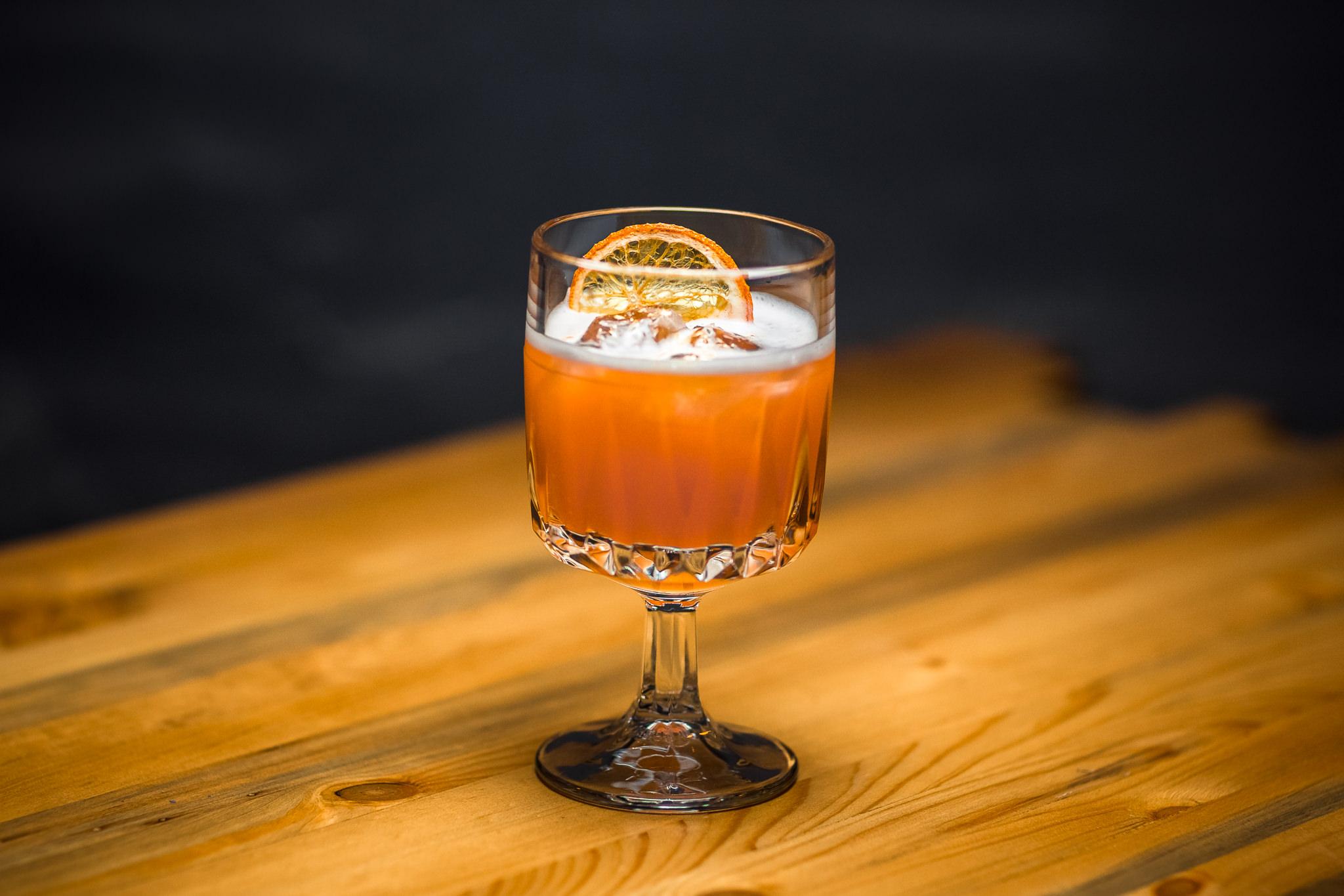 Indian Summer - коктейль на основе Джина, Апероля, морковного кордиала, манго альфонсо, лимона, easy foam