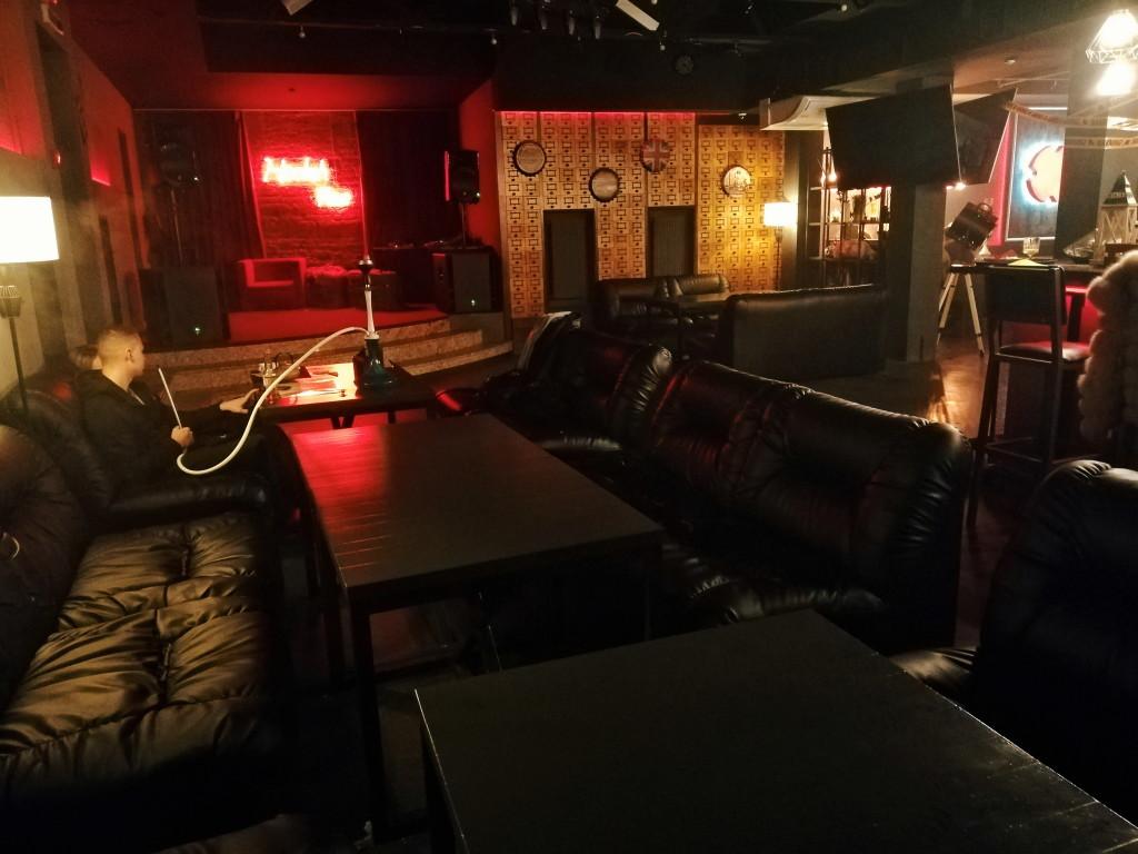 Второй зал в Hookah Place и сцена в левом углу