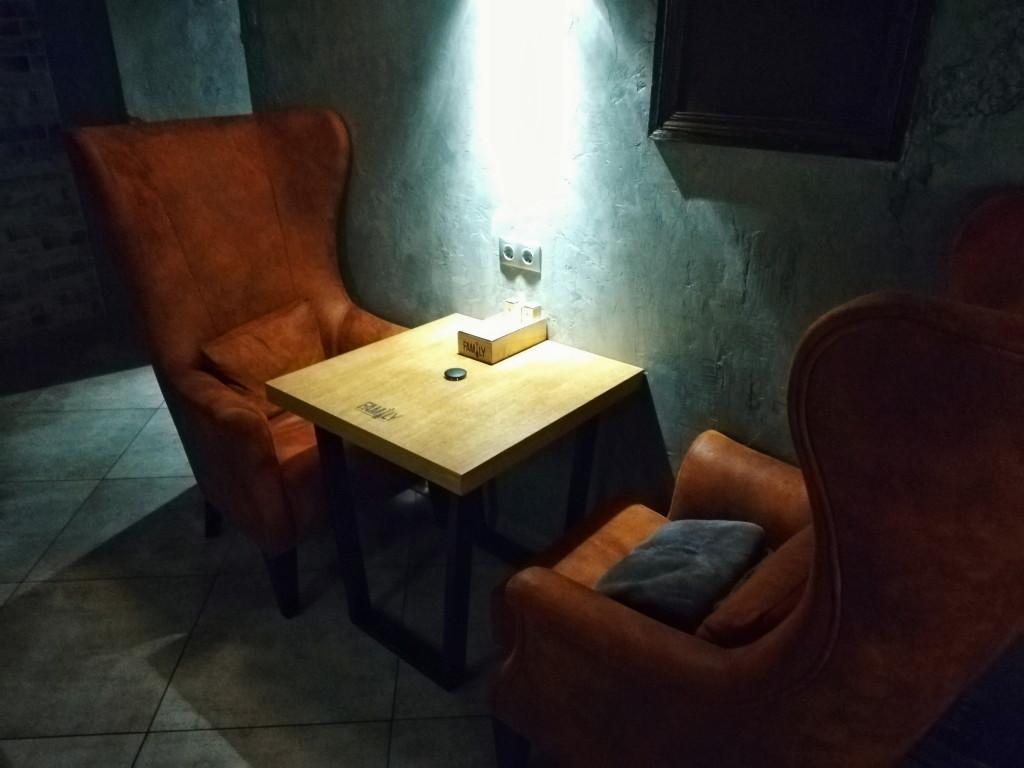 Столик с высокими креслами