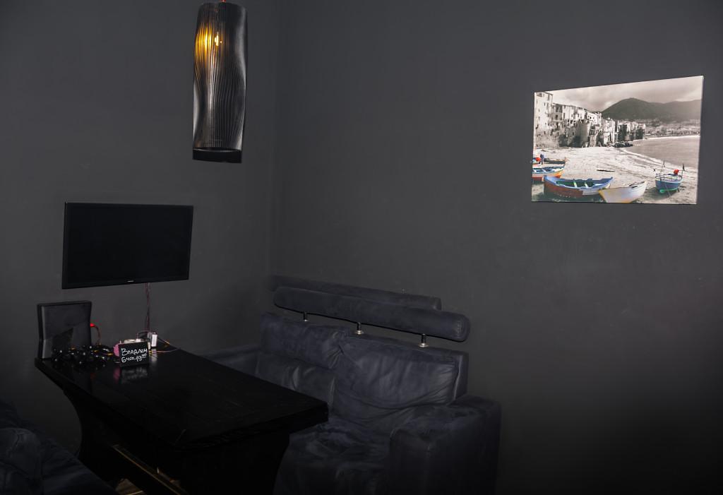 Дополнительная подсветка и мягкие диваны располагают к общению