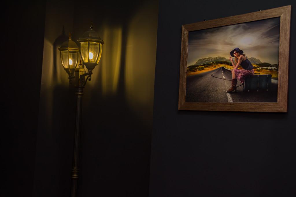 Кованые фонари и картина в качестве украшения