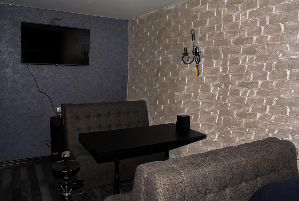 Аккуратные диванчики и плазма на стене