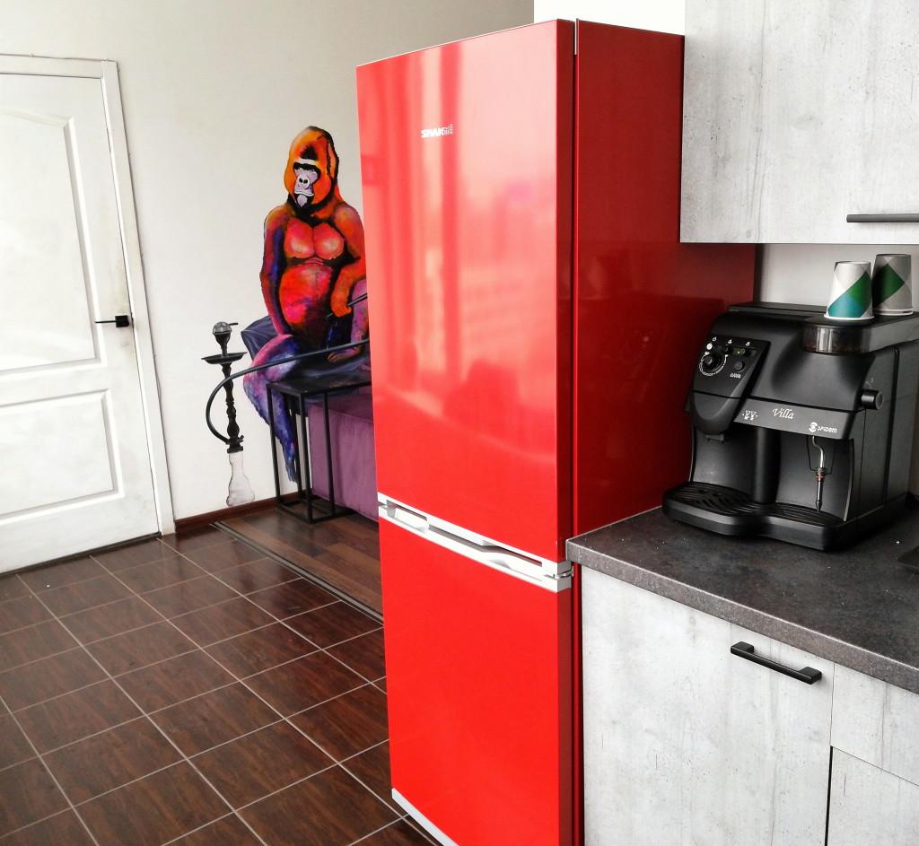Стильный красный холодильник