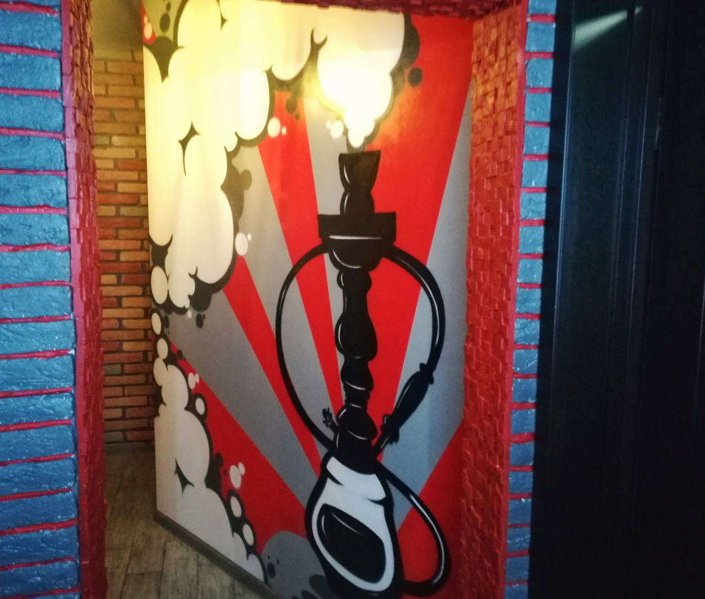 Тематические рисунки на стенах в Strawberry