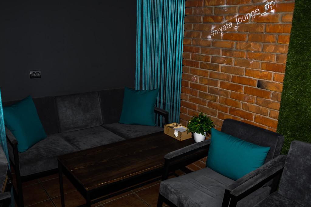 На удобных диванах курить кальян еще приятнее