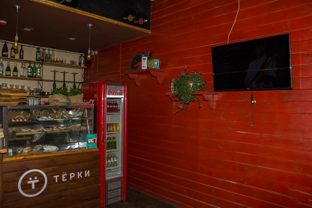 Деревянные панели, плазма и декоративный проигрыватель