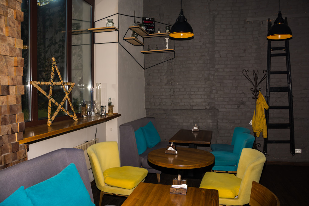 Разноцветные стулья и лофтовые декорации
