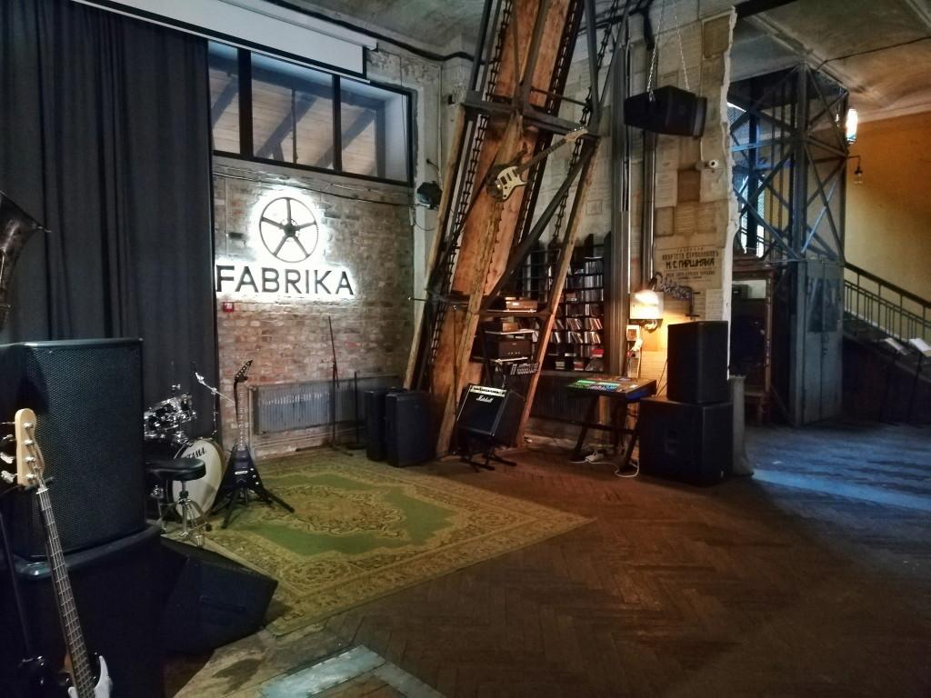 Сцена для живой музыки в Fabrika