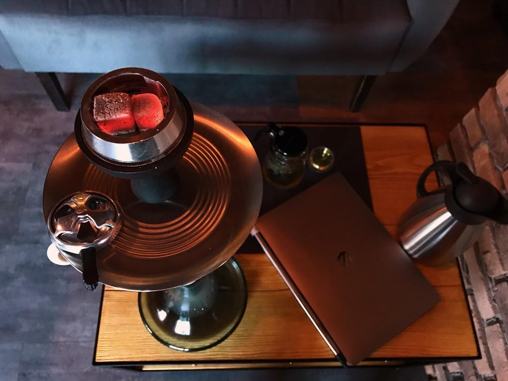 Подача кальяна: маленький столик, новенький кальян. Minimalism!