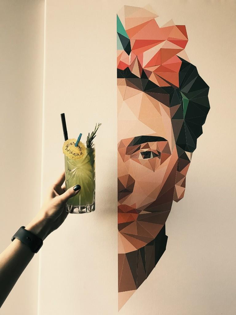 Коктейль Mr.Sadman на фоне Фриды Кало. Как тут не полюбить искусство?