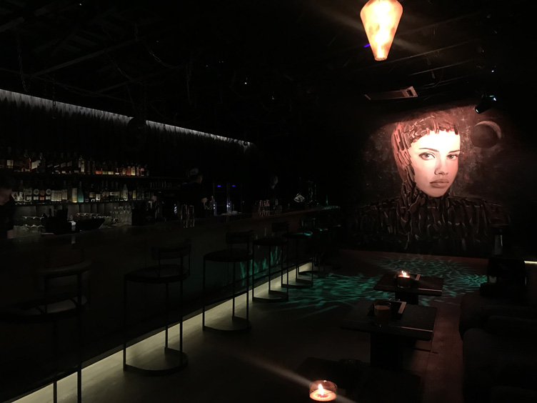 Все тот же загадочный взгляд сопровождает гостей Sky Bar Hookah Space