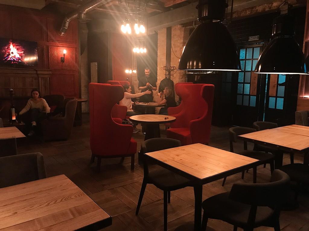 Strong Bar - стильные красные кресла, массивные столы из дерева и гармоничный свет