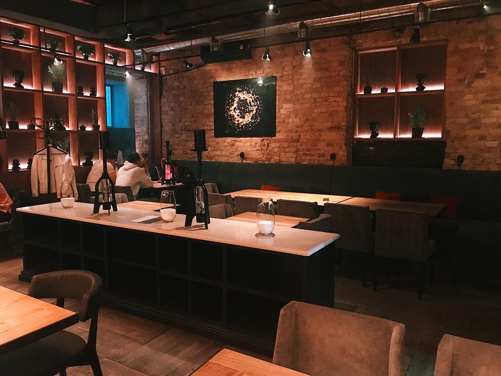 Магические, зеркальные картины на стенах, массивные деревянные столы и замысловатый свет - вот лишь некоторые детали изысканного интерьера Стронг Бар