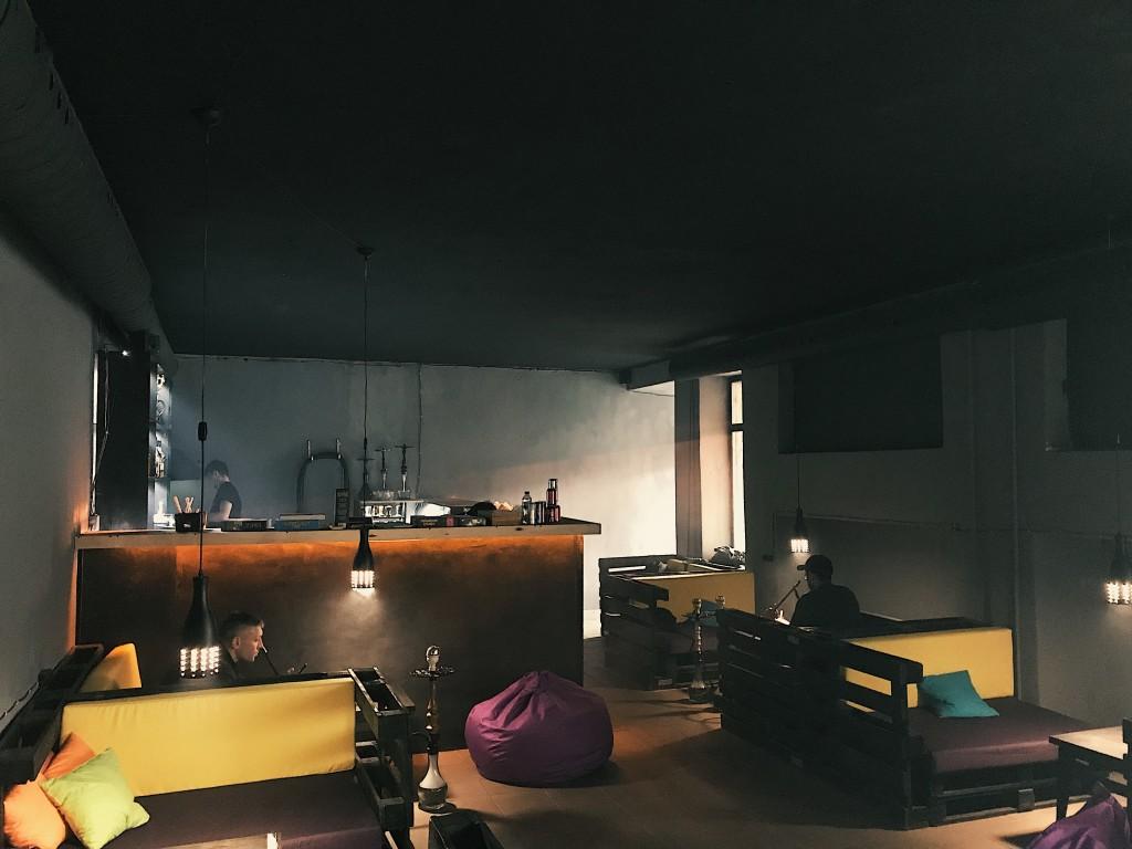 Интерьер первой комнаты кальянной Лима на Троещине