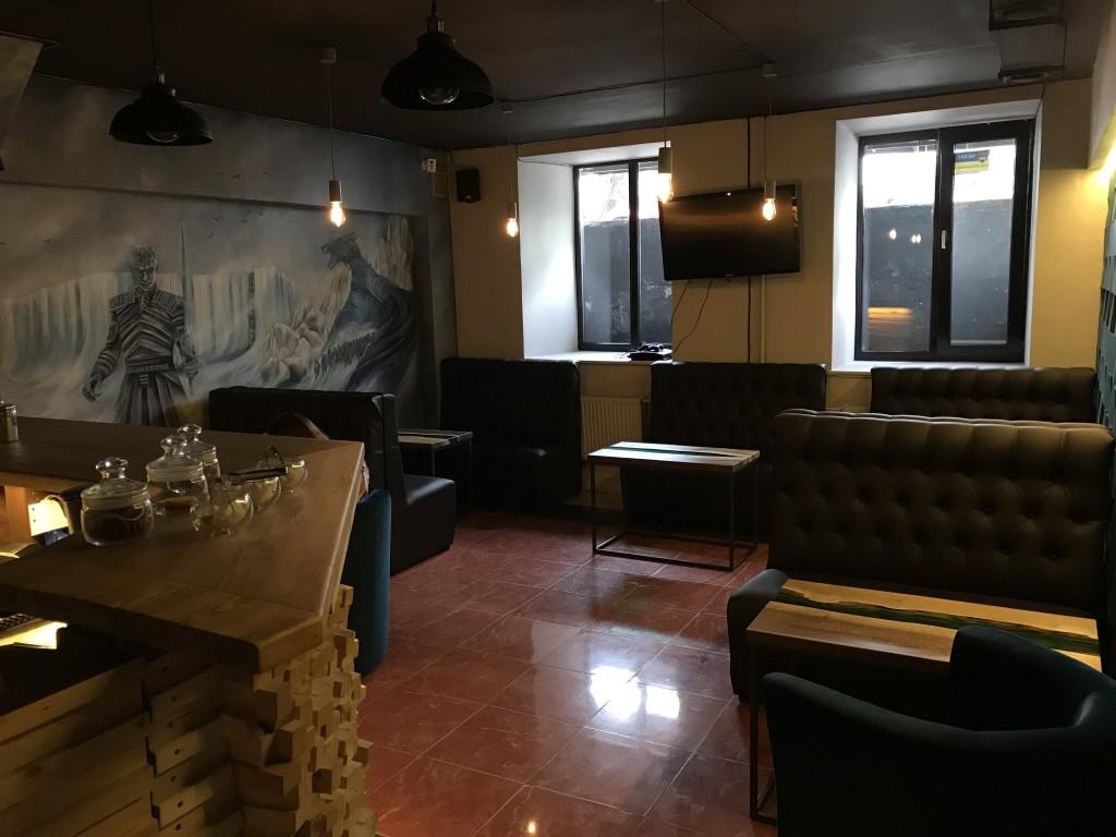 Третий зал - барная стойка, огромная картина на стене, Сони Плейстейшн