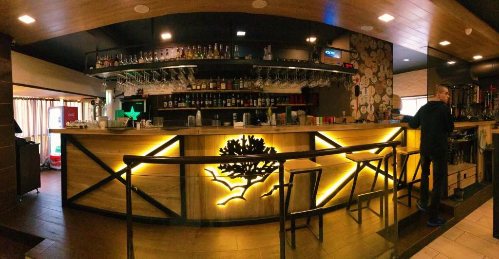 Широкая барная стойка с эффектно подсвеченным лого - GUSTOÚ на Левом берегу