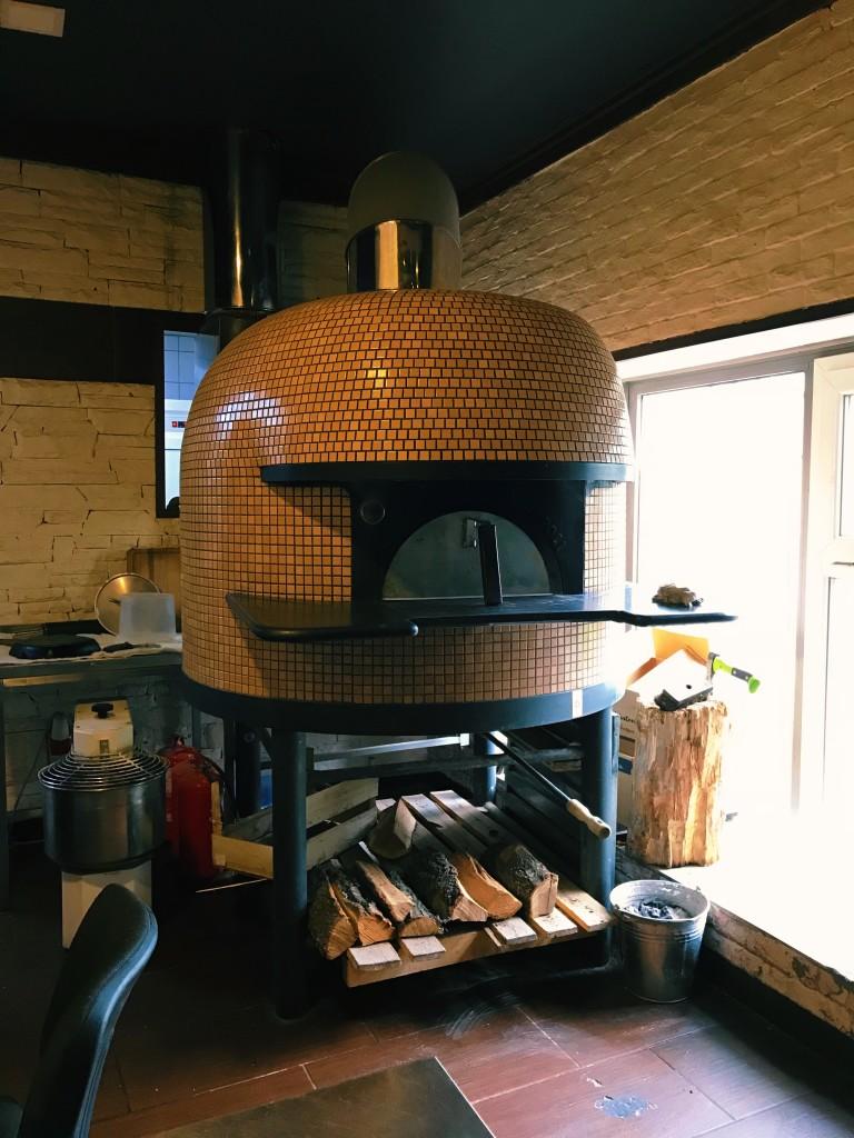 Печь для пиццы в Густом. Нигде еще в кальянных такую не видел