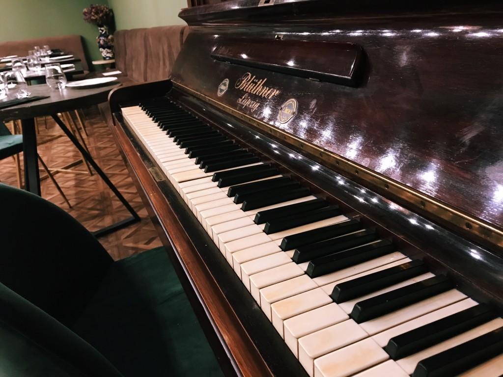Раритетное фортепиано Blüthner возрастом в 80 лет в гастробаре Ласточка, Киев