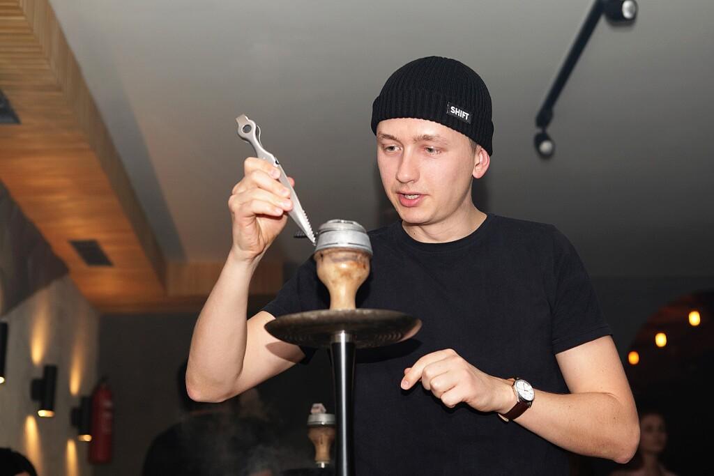 Дмитрий Москаль проверяет забивку кальяна