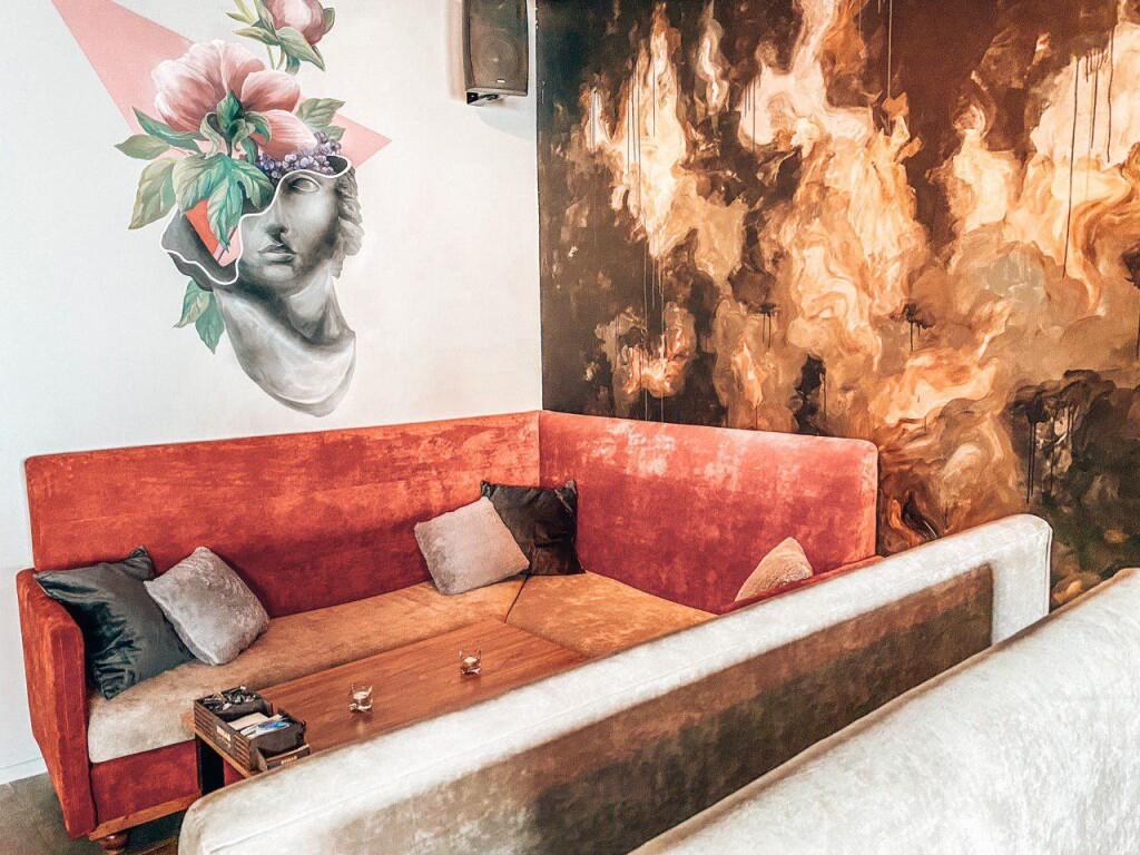 Детали интерьера в Rehab Lounge