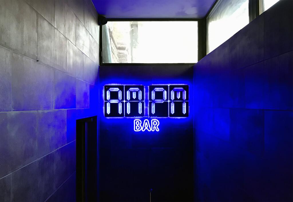 Вход в AMPM бар на Подоле
