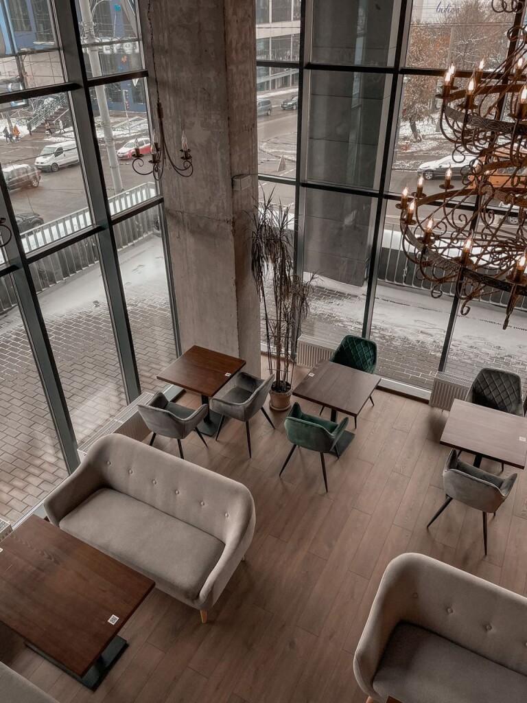 Вид на город и интерьер первого этажа Trust Bar