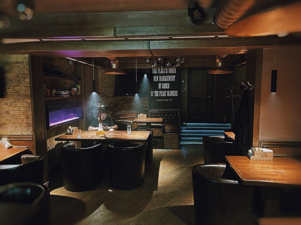 Кожаный диванчик, черный чемоданчик. Woody Lounge Bar Киев
